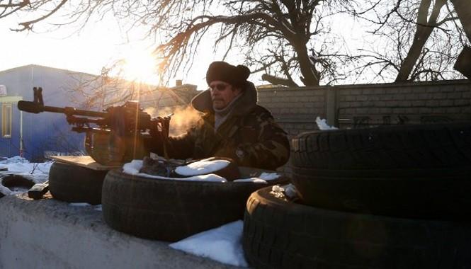Một dân quân địa phương đứng gác tại một điểm kiểm soát của lực lượng ly khai ở Donetsk. Nguồn: TASS.