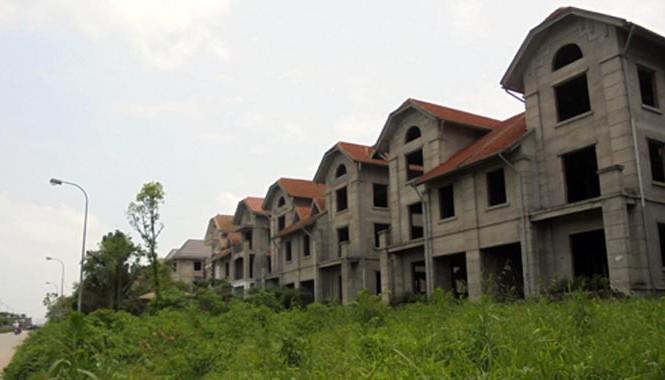 Dãy biệt thự bỏ hoang trong thời gian dài như màu xám xịt trong bức tranh bất động sản Hà Nội.