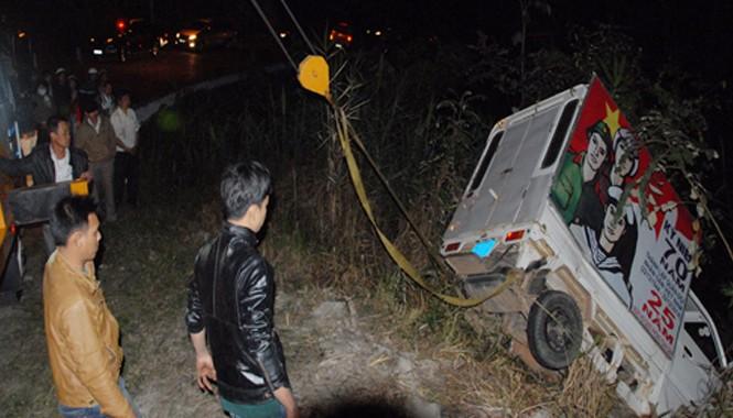 Lực lượng cứu hộ đưa xe tải chiếu phim gặp nạn dưới vực lên đường vào tối 11/1. Ảnh: Q.Dũng.