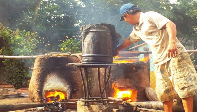 Những ngày này, đến làng đúc đồng Phú Lộc Tây 1 (thị trấn Diên Khánh, huyện Diên Khánh, tỉnh Khánh Hòa), chúng tôi chứng kiến cả làng đang tất bật nổi lửa đúc đồng để cung ứng sản phẩm cho Tết Nguyên đán. Khác với ngày thường, lửa được nổi lên từ mờ sáng