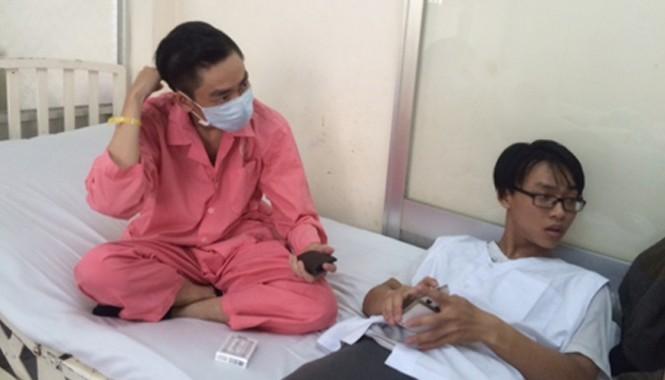 Bệnh nhân Trần Tấn Phát ( đeo khẩu trang) đang được điều trị tại Bệnh viện Chợ Rẫy. Ảnh: CAND