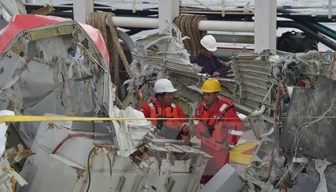 Lực lượng chức năng Indonesia di chuyển phần đuôi mới trục vớt được của máy bay QZ8501 về cảng Kumai, Pangkalan Bun. Nguồn: AFP/TTXVN.