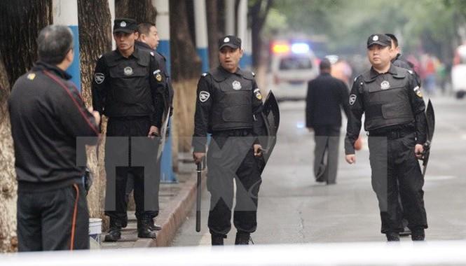 Cảnh sát Trung Quốc tuần tra tại Tân Cương ngày 23/5. Nguồn: Kyodo/TTXVN.