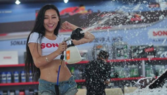 Một màn mỹ nhân rửa xe trong triển lãm ô tô ở Trung Quốc.