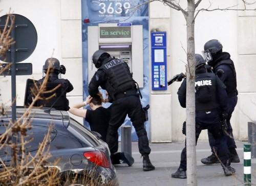 Cảnh sát bắt giữ nghi phạm.