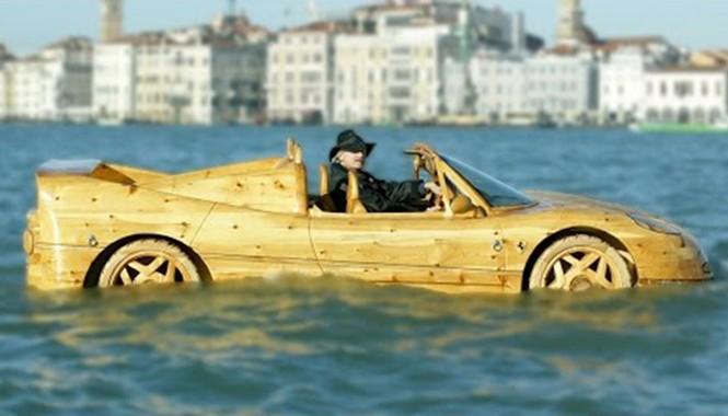 'Siêu xe Ferrari' với khả năng đi trên mặt nước.