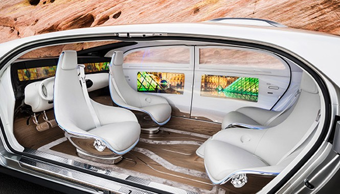 Thiết kế bên trong của Mercedes F015 tạo cảm giác như đang ở trong một phòng nghỉ sang trọng, với sàn bằng gỗ và 4 ghế xoay.