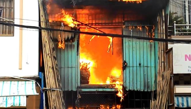 Lửa và khói đen cuồn cuộn nhanh chóng bao trùm căn nhà 3 tầng.