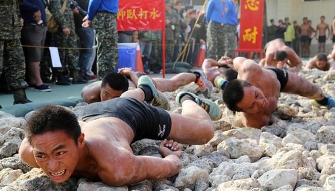 Nhóm lính đặc nhiệm bò trên những hòn đá lởm chởm trong điều kiện hai tay bị trói phía sau lưng.