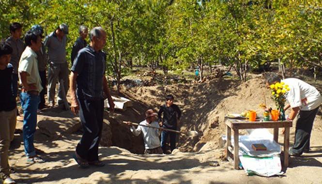 Hố đất của gia đình ông Xê - nơi phát hiện hàng loạt bộ hài cốt chôn tập thể.
