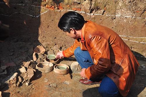 Trong lần khai quật lần thứ 7 tại lò gốm Chu Đậu (Hải Dương) các nhà khoa học của Trung tâm Nghiên cứu kinh thành đã lần đầu tiên tìm ra diện mạo đầy đủ của lò gốm và kỹ thuật sản xuất tại đây. Trong ảnh, PGS Bùi Minh Trí đang giải thích tại hiện trường v