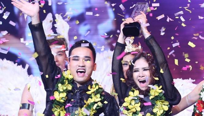 Giây phút đăng quang của cặp thí sinh Hà Duy - Dương Hoàng Yến.