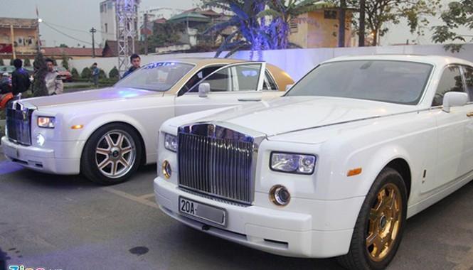 Hai chiếc Rolls-Royce Phantom với nhiều chi tiết mạ vàng biển số Thái Nguyên cùng xuất hiện trong một buổi gặp mặt các biker miền Bắc ở Hà Nội vào tối qua (18/1).