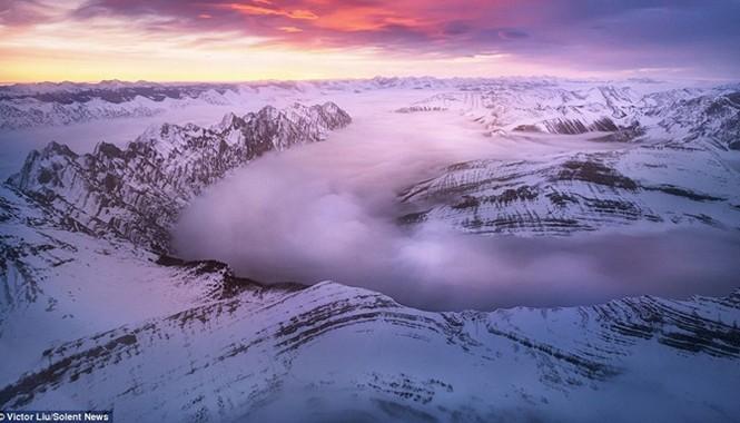Dòng sông mây nằm dọc theo thung lũng của dãy Rockies, Canada.