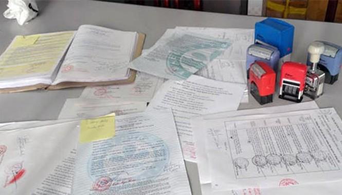 Một số tài liệu giả có sẵn con dấu, chữ ký giả của nhiều UBND các cấp bị lực lượng Công an thu giữ tại nhà Thuận - Mạnh.