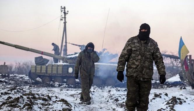 Binh sỹ Ukraine cùng xe tăng tại Donetsk. Ảnh: Tass.
