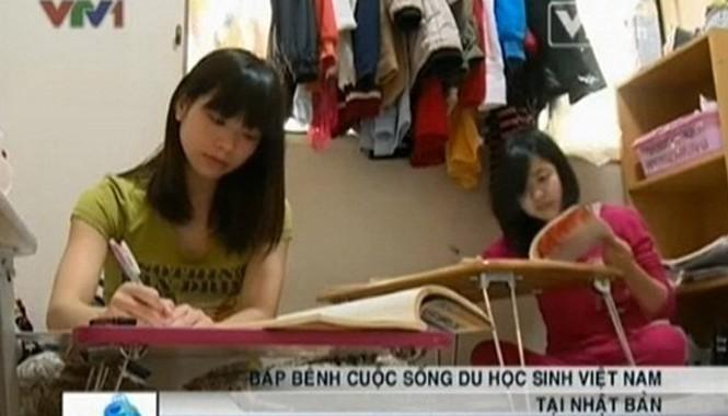 """Các du học sinh đã phải xoay xở, chật vật trang trải chi phí hàng ngày. Ảnh từ phóng sự """" Du học sinh Việt tại Nhật vỡ mộng vì cả tin"""" được VTV phát sóng vào ngày 26/11/2013."""