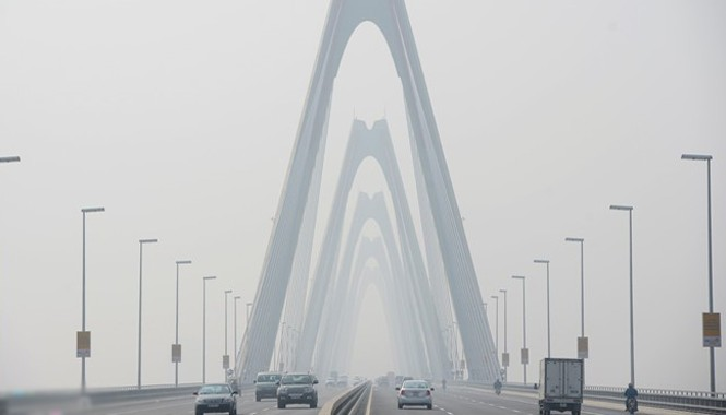 12h trưa 22/1, cây cầu dây văng lớn nhất Việt Nam phủ kín trong lớp sương mù dày đặc.