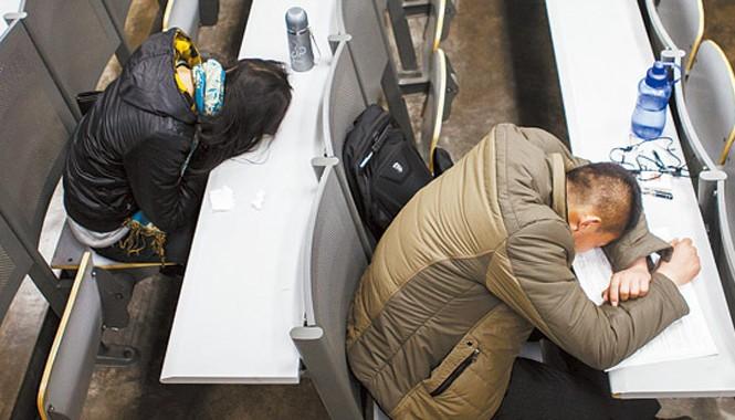 Hàng ngày, 4 phòng tự học ở Đại học Nhân dân mở cửa tự do cho sinh viên vào học từ 19h đến 5h sáng hôm sau. Trong ảnh, hai sinh viên tranh thủ chợp mắt vì học tập mệt mỏi lúc gần 2 giờ sáng.