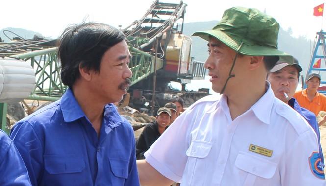 Ông Nguyễn Anh Vũ (Tổng giám đốc Trung tâm phối hợp tìm kiếm cứu nạn hàng hải Việt Nam) thăm hỏi, động viên thành viên tàu cá BĐ 95744 TS.