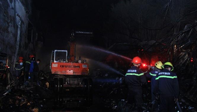 Lực lượng chức năng tiến hành dập lửa.