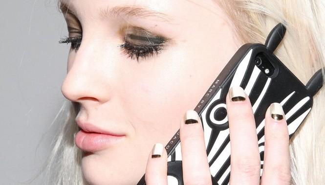 5 tác hại của điện thoại đối với da
