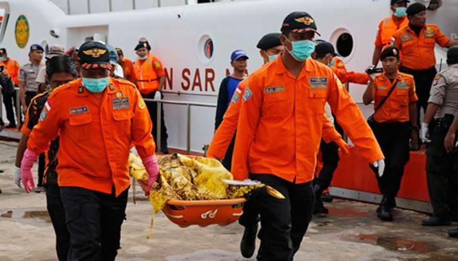 Các nhân viên cứu hộ di chuyển một thi thể nạn nhân  lên cảng Kumai ở Pangkalan Bun, Indonesia. Ảnh: Reuters