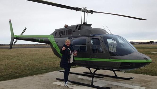 Janice Bannister bên chiếc trực thăng được thuê.