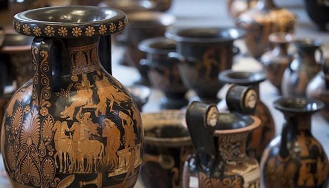 Những món đồ cổ này hiện đang được cảnh sát Ý trưng bày tạm ở viện bảo tàng quốc gia Baths of Diocletian đặt tại thành phố Rome.