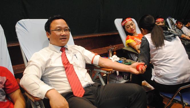 Ông Khuất Việt Hùng lần thứ 4 hiến máu. Ảnh Duy Ngợi.