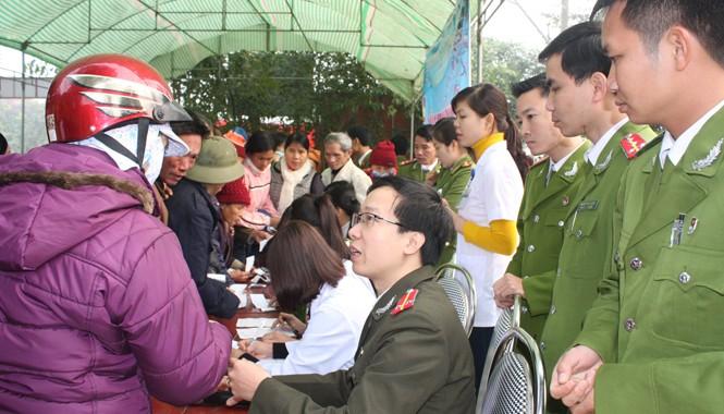 Đội ngũ y, bác sĩ cùng lực lượng Công an phối hợp công tác hướng dẫn bà con ghi phiếu khám bệnh.