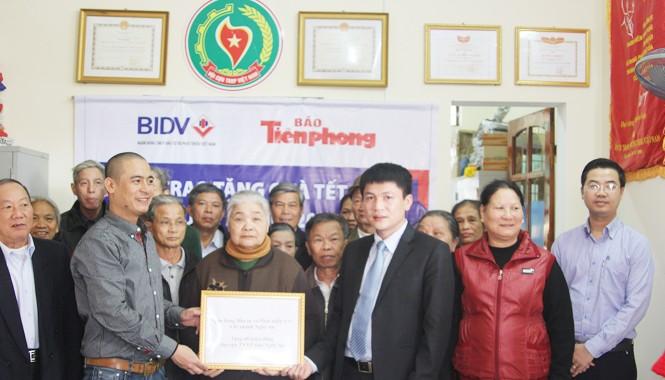Đại diện báo Tiền phong tại nghệ An, Ngân hàng BIDV (chi nhánh Nghệ An), Hội cựu TNXP trao quà cho các cựu TNXP.
