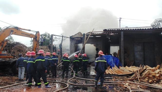 Cảnh sát PCCC Công an tỉnh Quảng Bình nỗ lực dập tắt đám cháy. Ảnh: Thanh Trung.
