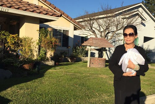 Khánh Ly ôm lọ tro cốt của chồng trở về nhà sau tang lễ.