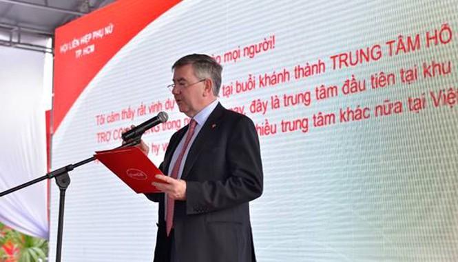 Ông Irial Finan – Phó Chủ tịch Điều hành Tập đoàn Coca-Cola chia sẻ về mục tiêu Trung tâm là cung cấp các nhu cầu thiết yếu: điện, nước uống tinh lọc, kết nối truyền thông… cho người dân địa Phương.