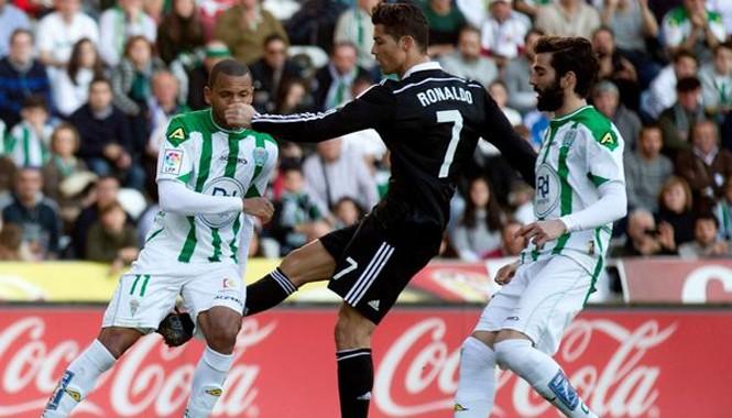 Hành động đá vào chân đối phương của Ronaldo.