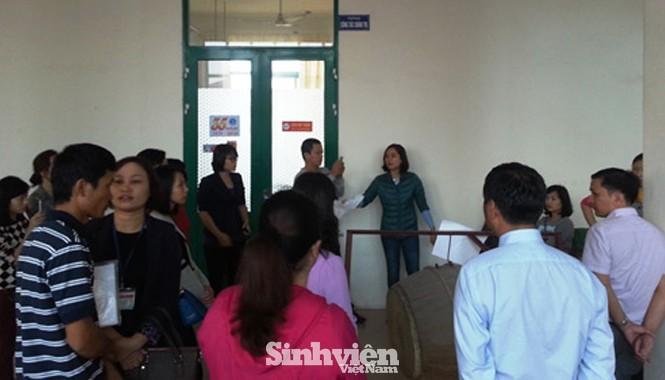 22 sinh viên bị dừng thi tốt nghiệp tập trung trước Hội đồng thi tốt nghiệp được tổ chức tại ĐH Y Dược Hải Phòng. Ảnh: Giang Chinh.