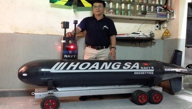 Ông Lê Ngà (50 tuổi, trú phường Tây Lộc, TP Huế, Thừa Thiên - Huế) đã bỏ ra 2 năm để nghiên cứu chế tạo một chiếc tàu lặn mô hình.