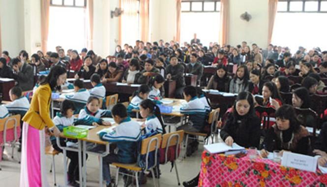 """Trước khi tập huấn Thông tư 30, các đại biểu tham gia tiết học mẫu theo mô hình """"trường học mới'."""