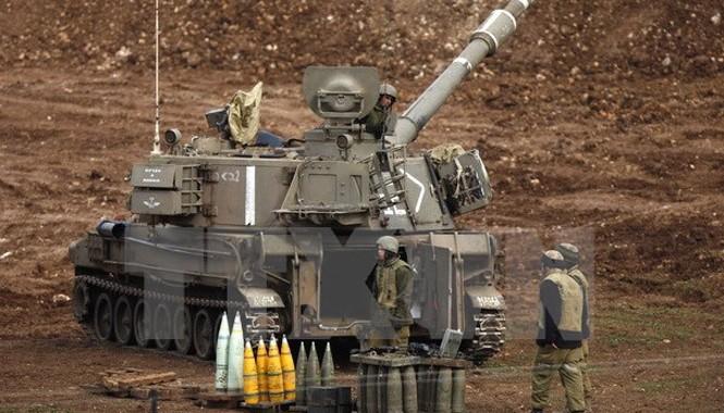 Pháo binh của quân đội Israel triển khai gần biên giới với Syria trên Cao nguyên Golan ngày 27/1. Ảnh: AFP/TTXVN.