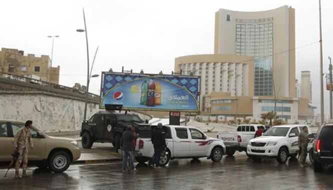 Lực lượng an ninh bao vây khách sạn 5 sao Corinthia ở thủ đô Tripoli sau vụ xả súng. Ảnh: Reuters.