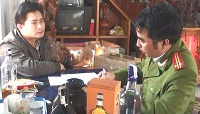 Đối tượng Nguyễn Thái Hào khai nhận hành vi sản xuất rượu giả với cơ quan Công an.