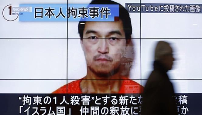 Hình ảnh Kenji Goto, một trong hai con tin Nhật Bản bị Nhà nước Hồi giáo bắt cóc, xuất hiện trong một chương trình tin tức chiếu trên màn hình ở thủ đô Tokyo, Nhật Bản. Ảnh: Reuters.
