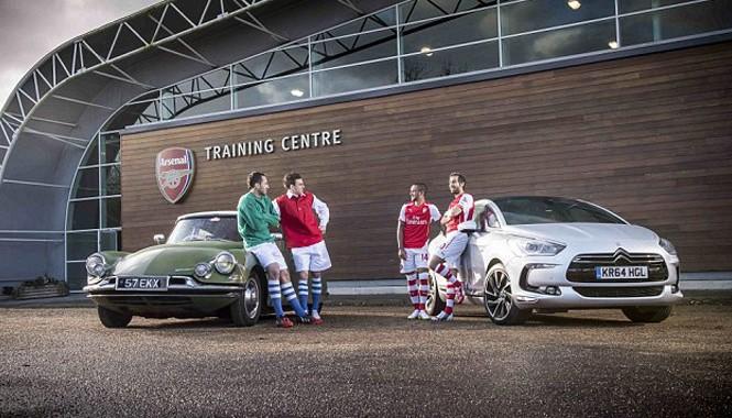 Cầu thủ Arsenal bên hai dòng xe của Citroen.