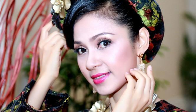 Ngay khi mới xuất hiện, Việt Trinh đã thu hút nhiều ánh nhìn của những người có mặt bởi nhan sắc mặn mà nhưng không kém tươi trẻ ở tuổi 43.