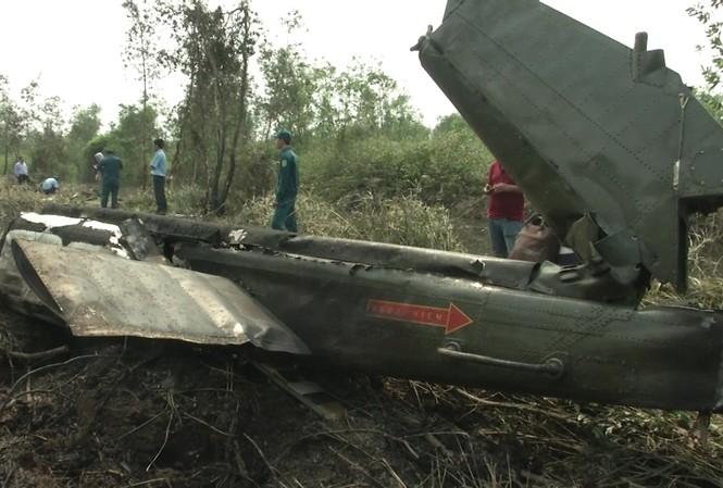 Phần đuôi chiếc trực thăng UH-1 gặp nạn hôm 28/1 tại TP HCM. Ảnh: Dân Trí