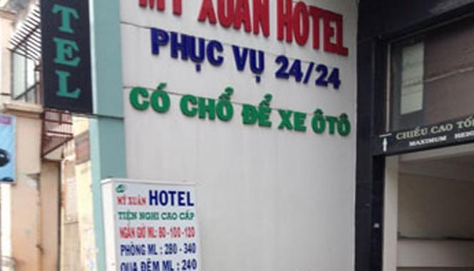 Một khách sạn trương bảng cho thuê giờ.