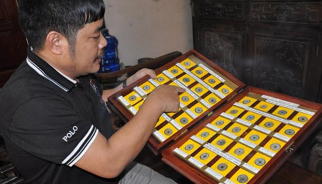 Những đồng tiền xu cổ quý được anh Thạo giữ gìn rất cẩn thận.