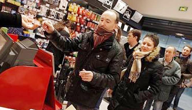 Người Paris xếp hàng mua số mới của Charlie Hebdo sau vụ thảm sát.
