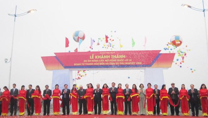 Phó thủ tướng Nguyễn Xuân Phúc cùng các đại biểu cắt băng khánh thành cầu Nguyệt Viên. Ảnh: Phạm Nhài.